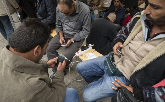 Refugees will be allowed to keep their mobile phones, assured the integration minister (photo: iStock)