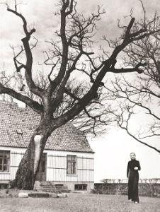Karen Blixen foran Rungstedlund