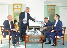 Peter Taksøe-Jensen handed out copies of his proposal to the prime minister, Lars Løkke Rasmussen, the foreign minister, Kristian Jensen, and the defence minister, Peter Christensen at a meeting in Marienborg on Sunday (photo: Hasse Ferrold)