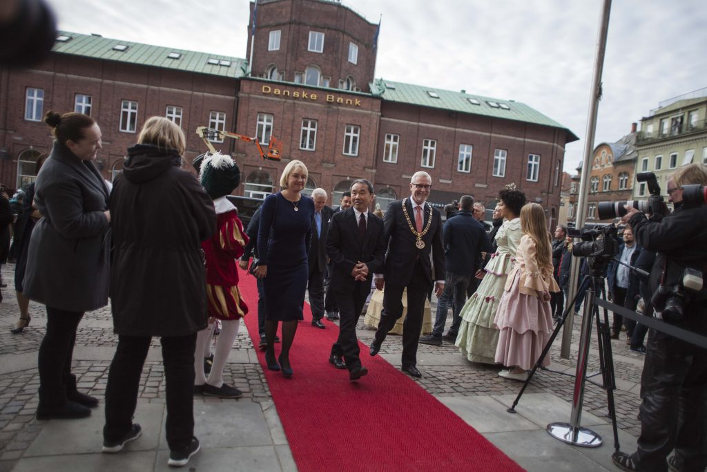 Murakami arriving at the Odense City Hall.