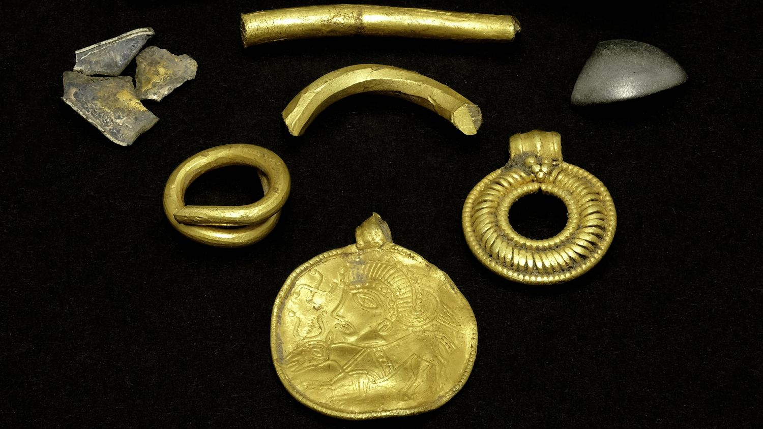 Besides the amulet, the rare find includes pieces of a neck ring, a pendant and a ring (photo: Museum Lolland-Falster)